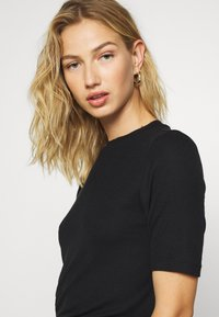 Noisy May - NMHENLEY SLEEVE CROPPED - Basic T-shirt - black - 3