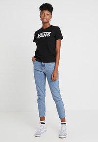 Vans - WM FLYING V CREW TEE - Print T-shirt - black - 1