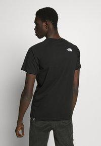 The North Face - RAGLAN TEE  - Print T-shirt - black/white - 2