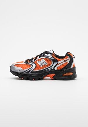 MR530 - Baskets basses - orange