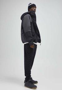 PULL&BEAR - Spodnie treningowe - black - 3