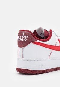 Nike Sportswear - AIR FORCE 1 '07 - Baskets basses - white/university red/team red/sail/team orange/black - 5