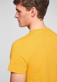 s.Oliver - MIT SCHRIFTPRINT - Print T-shirt - yellow good life print - 4