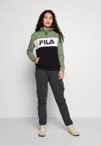 Fila Tall - LORI HOODY - Jersey con capucha - sea spray/black/bright white - 1