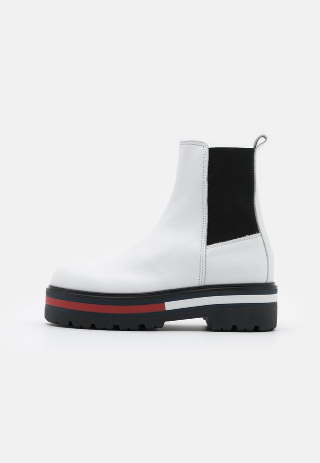 FLAG OUTSOLE CHELSEA - Platform ankle boots - white