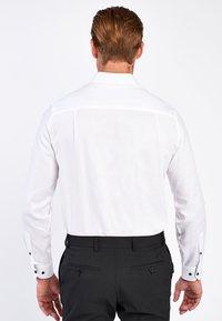 Next - WHITE SLIM FIT SINGLE CUFF FLORAL CONTRAST TRIM SHIRT - Camicia - white - 1