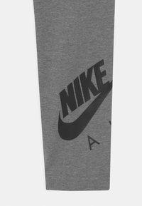 Nike Sportswear - FAVORITES - Leggings - Trousers - carbon heather/black - 2