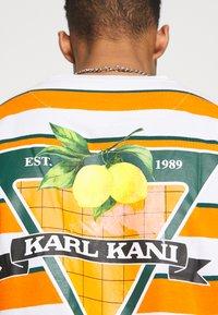 Karl Kani - SMALL SIGNATURE STRIPE TEE UNISEX - Print T-shirt - orange - 4