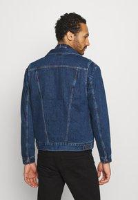Wrangler - BRAD JACKET - Kurtka jeansowa - blue denim - 2