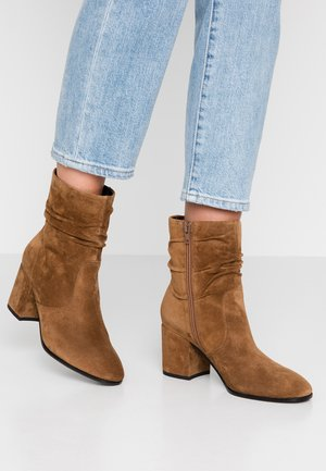 JADE - Classic ankle boots - hazel