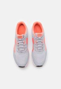 Reebok - RUNNER 4.0 - Neutrální běžecké boty - coral/pure grey/cold grey - 3