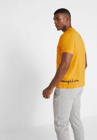 Champion - CREWNECK  - T-shirt con stampa - yellow - 2