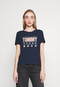 Tommy Jeans - SLIM TEE - T-shirts med print - twilight navy - 0