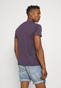 Mennace - T-shirt med print - purple - 2