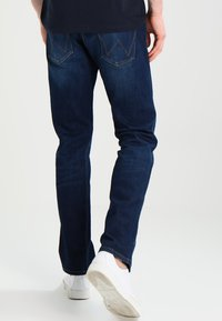 Wrangler - GREENSBORO - Straight leg jeans - dark-blue denim, light-blue denim - 2
