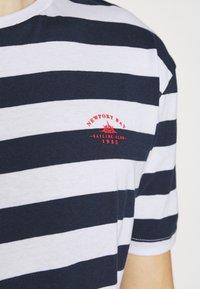 Newport Bay Sailing Club - BOLD HORIZONTAL STRIPE 2 PACK - Print T-shirt - navy/red - 6