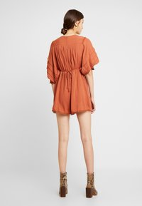 Lost Ink - PLAYSUIT WITH FRILL DETAIL - Overal - rust - 2