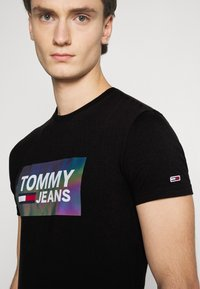 Tommy Jeans - TEE CENTRE LOGO - T-shirt con stampa - black - 5