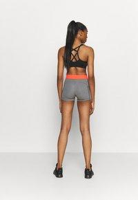 Nike Performance - SHORT FEMME  - Tights - smoke grey/heather/bright mango/white - 2