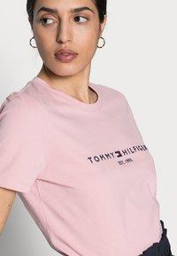 Tommy Hilfiger - REGULAR HILFIGER TEE - Print T-shirt - pink - 3
