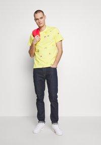 Lacoste - Unisex Lacoste x FriendsWithYou Print Cotton T-shirt - T-shirts med print - citron - 1