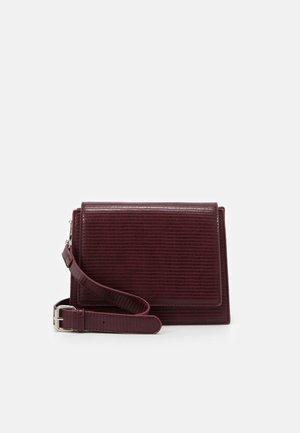 PCHOLLYA CROSS BODY KEY - Across body bag - burgundy