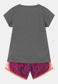 Nike Sportswear - TEMPO SET - Shorts - fireberry - 1