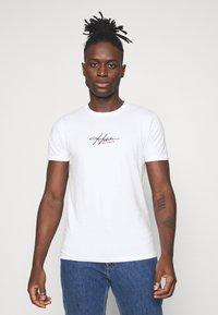 Hollister Co. - TECH SOLIDS EMEA - Camiseta estampada - white - 0