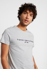 Tommy Hilfiger - LOGO TEE - Print T-shirt - grey - 3
