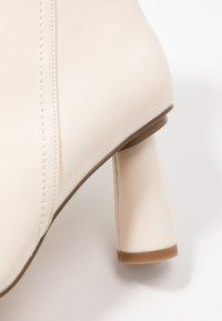 NA-KD - CONE SHAPE BOOTS - Korte laarzen - offwhite - 2