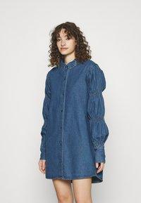Missguided - ELASTICATED PUFF SLEEVE DRESS - Dongerikjole - blue - 0