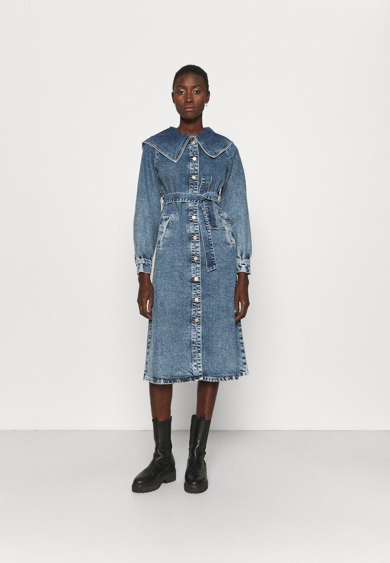ONLY Tall - ONLINC RIKKE COLLAR MIDI DRESS - Spijkerjurk - light blue denim