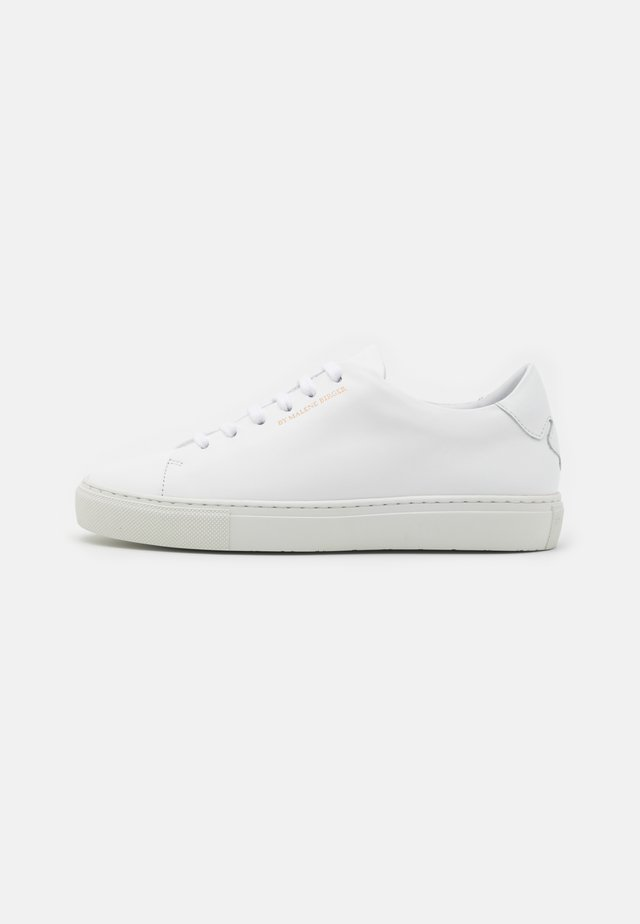 EXCLUSIVE SANDIE - Trainers - white/gold