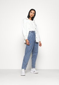 Tommy Jeans - RETRO MOM - Relaxed fit jeans - marcia mid blue rigid - 1