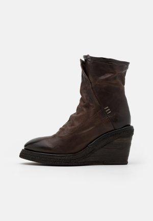 Kotníkové boty na klínu - fondente