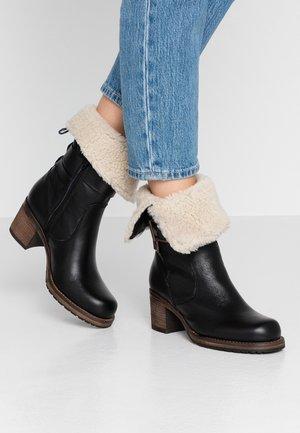 ROKOKO - Vysoká obuv - black