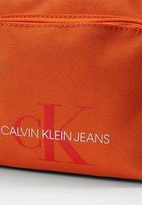 Calvin Klein Jeans - CAMERA BAG  - Taška spříčným popruhem - orange - 4