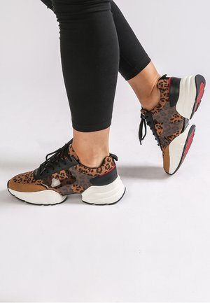 CAGED RUNNER-WILD - Trainers - tan
