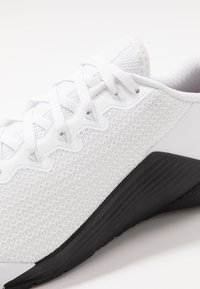 Nike Performance - METCON 5 - Kuntoilukengät - white/black - 2