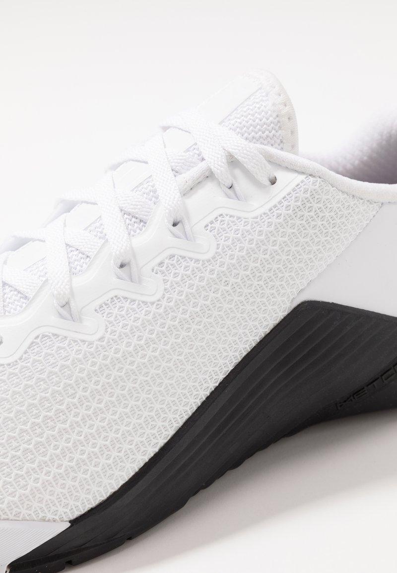 Dictar Convertir En general  Nike Performance METCON 5 - Zapatillas de entrenamiento -  white/black/blanco - Zalando.es
