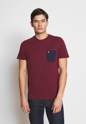 CONTRAST POCKET - T-shirt med print - merlot/navy