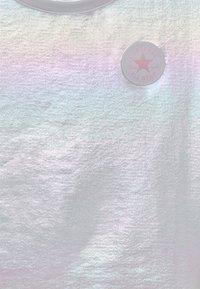 Converse - SHINY CHUCK PATCH TIE FRONT BOXY - T-Shirt print - white - 2