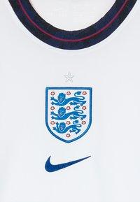 Nike Performance - ENGLAND ENT Y NK BRT STAD SS HM - Voetbalshirt - Land - white/sport royal - 4
