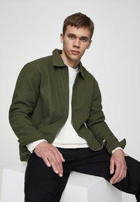 PULL&BEAR - JACKE MIT STRUKTURMUSTER UND REISSVERSCHLUSS 05713533 - Summer jacket - khaki - 3