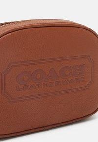 Coach - BADGE CAMERA CROSSBODY - Across body bag - saddle - 6