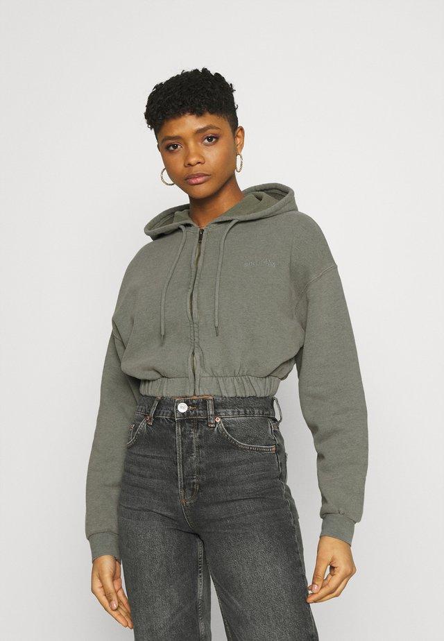 SUPER CROP ZIP HOODIE - veste en sweat zippée - sage