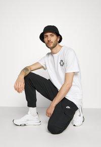 Nike Sportswear - CLUB PANT - Teplákové kalhoty - black/white - 5