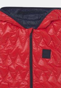 BOSS Kidswear - REVERSIBLE PUFFER SLEEVELESS - Bodywarmer - red - 3