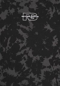 RETHINK Status - REGULAR FIT UNISEX - Triko spotiskem - tie dye - 2