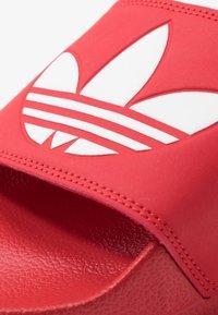 adidas Originals - ADILETTE LITE - Mules - scarle/ftwwht/scarle - 5